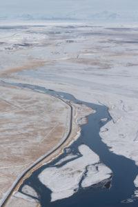 Island aus der Vogelperspektive, Ölfusa, Fluss bei Selfoss im tiefsten Winter