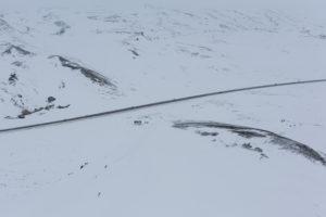 Island aus der Vogelperspektive, Autos auf der Ringstraße im tiefsten Winter