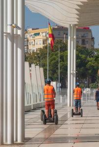"""Ein Tag in Málaga; Impressionen aus dieser Stadt in Andalusien, Spanien. Segway-Tour-Teilnehmer auf der Promenade """"El Palmeral de las Sorpresas"""" von Architekt Jerónimo Junquera."""