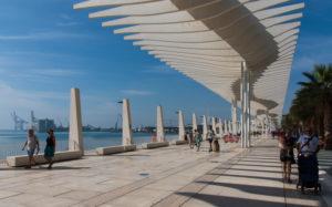 """Ein Tag in Málaga; Impressionen aus dieser Stadt in Andalusien, Spanien. Die wunderschöne moderne Boulevard-Promenade """"El Palmeral de las Sorpresas"""" von Architekt Jerónimo Junquera."""