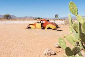 Eine Jeep-Tour durch Namibia, Tierwelt, Land und Leute. Autowrack bei Solitaire.