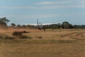 Cessna 208B Grand Caravan beim Start in der Serengeti, Tansania.