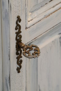 Furniture fitting in old brass, artfully ornated, antique key