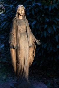 Woman statue, cemetery Aldenburg, Wilhelmshaven,