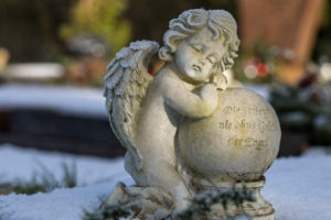 Hoarfrost, angel figure, lettering, 'The soul is never without escort of the angels', Friedhof Friedstrasse, Wilhelmshaven,