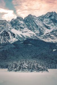 Winter landscape at the Eibsee in front of Zugspitze, Garmisch-Partenkirchen, Werdenfelser Land, Bavaria, Germany