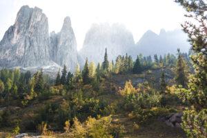Felsformationen der Geislergruppe im Herbst und Sonnenaufgang in den Dolomiten, Südtirol, Italien