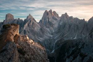 Markante Gipfel in der Nähe von den Drei Zinnen / Tre Cime in den Dolomiten, Südtirol, Italien im Sonnenuntergang