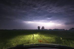 Ein Gewitter über Wietmarschen bei Nordhorn aus einem Auto auf einer Wiese fotografiert