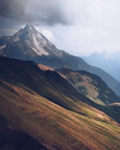 Aussicht vom Wanderweg der Widdersteinumrundung auf Höhe des großen Widdersteins im Kleinwalsertal, Österreich im Sommer,