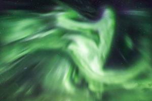 Nordlichter / Aurora borealis über Bergsbotn, einem Fjord der Insel Senja in Norwegen / Zenit