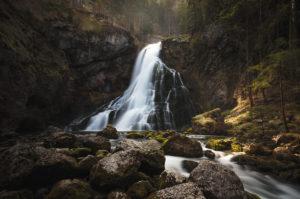 Der Gollinger Wasserfal an der deutsch-österreichischen Grenze im Morgenlicht mit Langzeitbelichtung