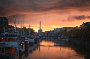 Sonnenuntergang über dem Fluss Aura in Turku, Finnland