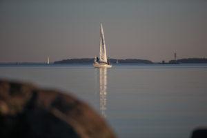 Yacht zwischen den Schäreninseln bei Turku, Finnland im Sonnenuntergang