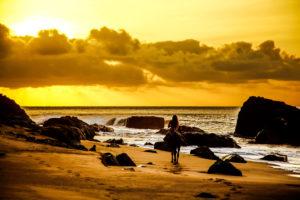 Südamerika, Brasilien, Fernando de Korona, Insel, Reiterin im Sonnenuntergang