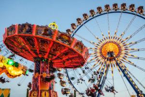 Europa, Deutschland, Bayern, Oberbayern, München, Oktoberfest, Kettenkarussell und Riesenrad