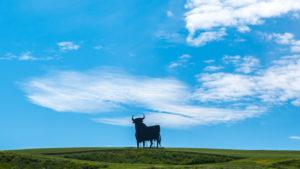 Europa, Spanien, Andalusien, Stier, Figur aus Stahl, Wahrzeichen von Andalusien, auf dem Weg von Cordoba nach Sevilla