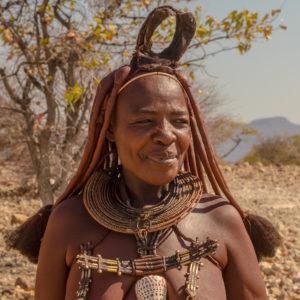 Himba Frau mit traditionellem Kopfschmuck