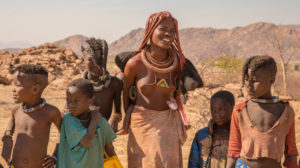 Himba Familie beim Wasser holen