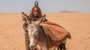 Himba Mädchen mit Esel