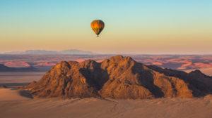 Ballon über den Bergen