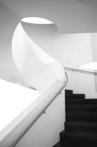 Wendeltreppe im Dornier Museum Friedrichhafen, Lichtverlauf, schwarz-weiß,  futuristisch,