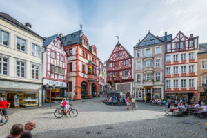 historic market square of Bernkastel-Kues, Middle Mosel, centuries-old half-timbered houses, the Renaissance town hall (1608), the St. Michaels fountain (1606) and the Spitzhäuschen (1416) are a reflection of the Middle Ages
