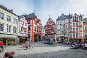 historischer Marktplatz von Bernkastel-Kues, Mittelmosel, jahrhundertealte Fachwerkhäuser, das Renaissance-Rathaus (1608), der St.-Michaels-Brunnen (1606) und das Spitzhäuschen (1416) sind ein Spiegelbild des Mittelalters