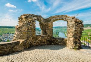 Burg Landshut bei Bernkastel-Kues, Aussicht auf Kues,  eine der schönsten Moselburgen, Moselschleife ebenfalls sehenswert,