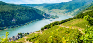 Rhein bei Assmannshausen , links die Burg Rheinstein und weiter hinten die Richenstein