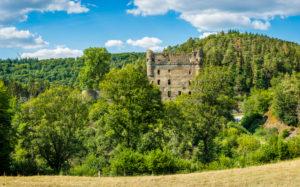 Burgruine Balduinseck im Hunsrück bei Kastellaun, erbaut von Erzbischof Balduin als Trutzburg gegen den Grafen von Sponheim, Höhenburg auf einem Felssporn mit Halsgraben, hochauflösendes Panorama,