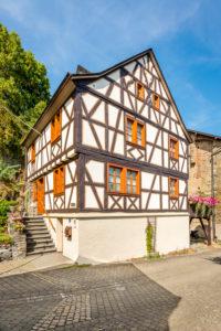 Burg Dill und historische Gebäude im gleichnamigen Dorf im Hunsrück
