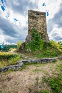 östlicher Bergfried von Burgruine Stahlberg, sie wurde als Gegenburg zur Burg Stahleck vom Erzbistum Köln errichtet, eine typische Spornburg mit Halsgraben und Zugbrücke,
