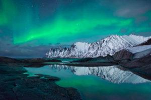 Norwegen, Nordland, Senja, Insel, Oxen, Berge, Winter, Nordlicht, Aurora, Polarlicht, grün, Schleier, Spiegelung, Reflexion, See, Meer, Sterne, Himmel, Nacht, mystisch, Paradies, Landschaft, Fee,