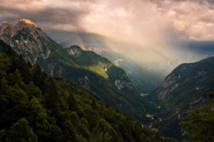 Blick ins Tal bei Trenta in majestätischem Abendlicht mit Regenbogen, Gipfel Kanjavec, Mali Spicje, Velika Ticharica, Triglav Nationalpark, Slowenien