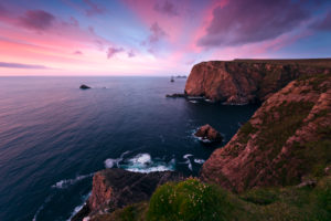Farbiger Sonnenuntergang bei Benwee Head, Mayo, Irland