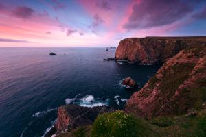 Farbiger Sonnenuntergang bei Benwee Head, Mayo, Irland