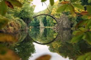 Rakotzbrücke im Kromlauer Rhododendronpark in Sachsen, Deutschland