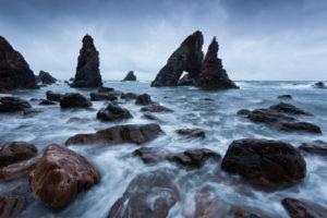 The Breeches in morgendlicher blauen Stunde, Crohy Head, Mayo, Irland
