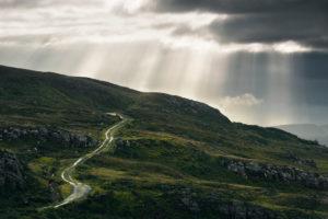 Straße, Feldweg an Irlands Westküste mit Lichtstrahlen, Donegal, Irland