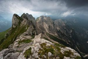 Berggrat mit Monte Bucher neben Mangart, Triglav NP, Slowenien