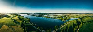 Blick auf den Altmühlsee mit der Vogelinsel kurz nach Sonnenaufgang, Gunzenhausen, Franken, Bayern, Deutschland, Europa