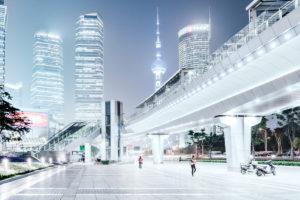 Asien, China, Pudong, Lujiazui, futuristische Stadtlandschaft mit Oriental Pearl Tower im Hintergrund