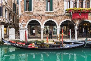 Gondoliere, venezianische Gondel, Kanal, Venedig, historisches Zentrum, Venetien, Italien, Norditalien, Europa