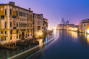 Canal Grande bei Nacht, Palazzo Cavalli-Franchetti, Santa Maria della Salute, Venedig, historisches Zentrum, Venetien, Italien, Norditalien, Rialto, Europa