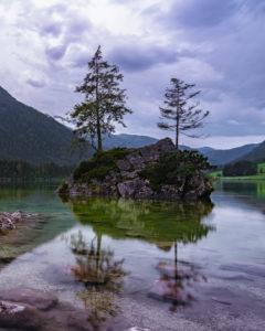Hintersee, Felsen, Insel, Bäume, Abends, Spiegelungen im Wasser, Ramsau, Berchtesgadener Land, Berchtesgaden, Bayern, Deutschland, Europa