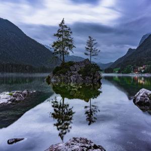 Hintersee, Felsen, Insel, Bäume, Abends, Nebel, Spiegelungen im Wasser, Ramsau, Berchtesgadener Land, Berchtesgaden, Bayern, Deutschland, Europa