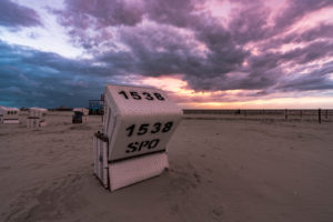 Strandkorb am Strand von Sankt Peter-Ording, Sonnenuntergang, Nordsee, Schleswig-Holstein, Deutschland, Europa