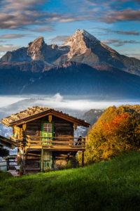 Idyllische Berglandschaft in Bayern, Hütte vor Watzmann