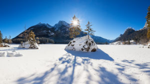 Idyllische Winterlandschaft in den Bergen, der Hintersee in der Ramsau